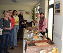 Senioren der Gruppe Lichtenhagen/Warnemündebesuchen die Biologin und Imkerin Frau Sakowski